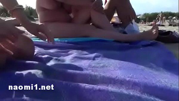 Loira fazendo putaria na praia com vários machos