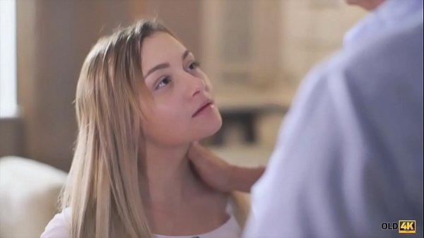 Sexo com o pai safadinho que chupa a xota da filhinha